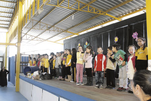 Crianças apresentaram peças teatrais chamando a atenção para a necessidade de reciclarmos o lixo